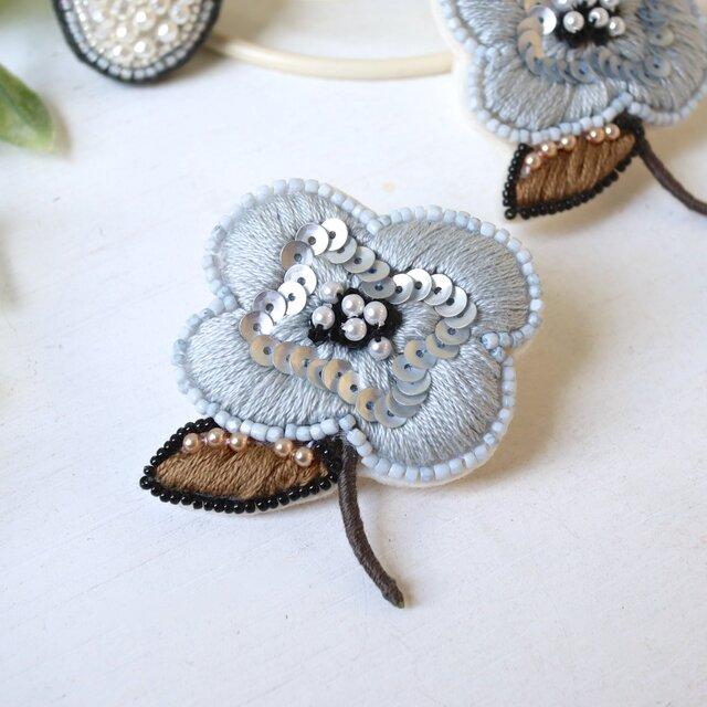 ほんのりブルーのぶっくりしたお花、オートクチュール刺繍のブローチ『シルヴィ』の画像1枚目