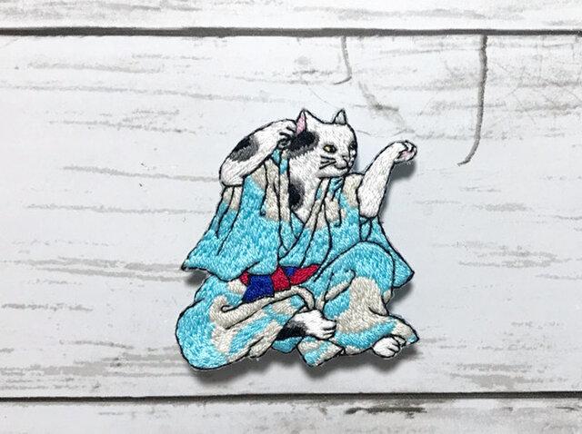 手刺繍浮世絵ブローチ*歌川国政「藝競猫の戯」よりの画像1枚目