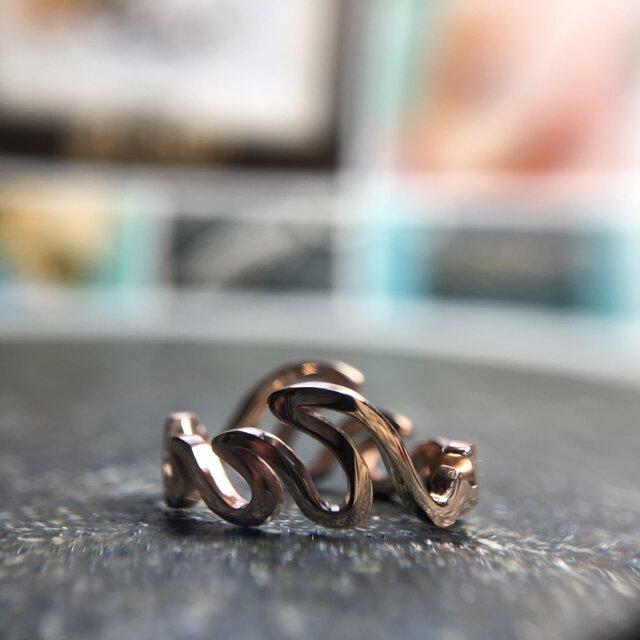 "Round Wave Ring ""メローな波が指の周りで戯れるリング""の画像1枚目"