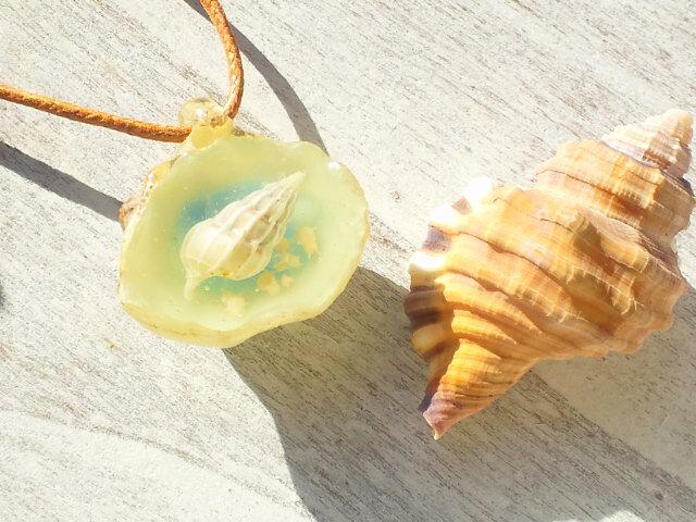【海水浴OK!】蓄光:ネジガイの入った白いナミマガシワのネックレスの画像1枚目