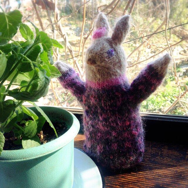 【北欧風】ピンクの花飾りのウサギの編みぐるみの画像1枚目