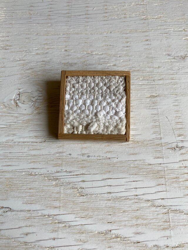 木と裂き織りのブローチ 中9の画像1枚目