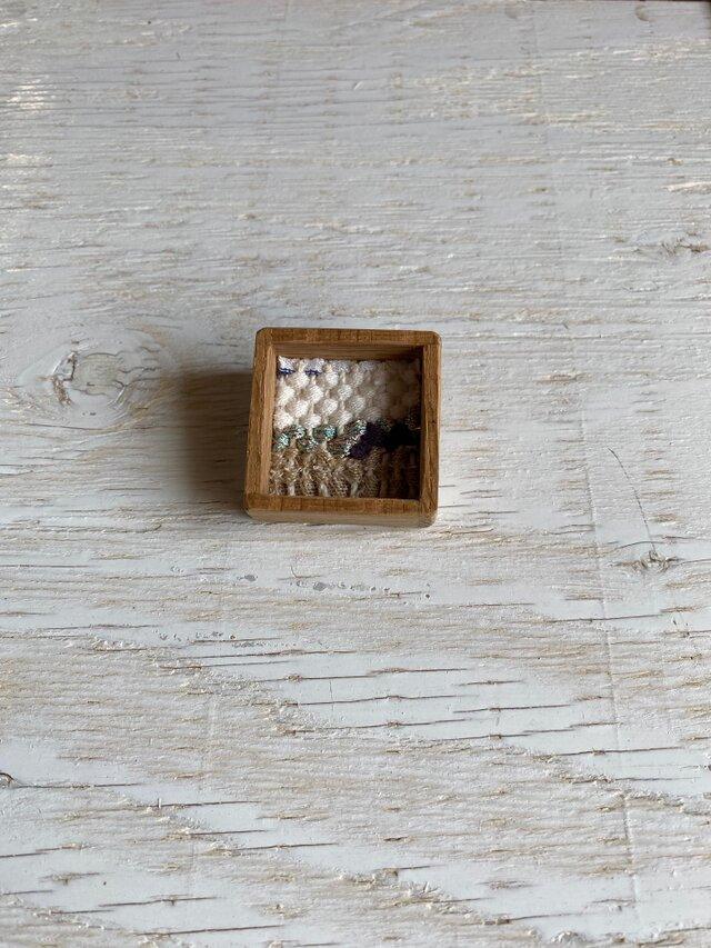 木と裂き織りのブローチ 小17の画像1枚目