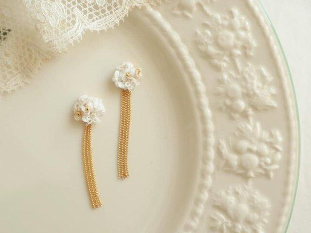 白い花束とチェーンのピアスの画像1枚目