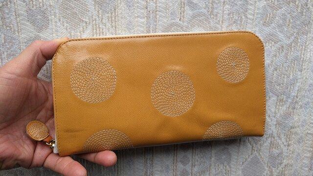 刺繍革財布『ぐるぐる』ツヤ山吹×生成り(ヤギ革)ラウンドファスナー型の画像1枚目