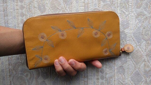 刺繍革財布『花かざり』ツヤ山吹×Mix(ヤギ革)ラウンドファスナー型の画像1枚目
