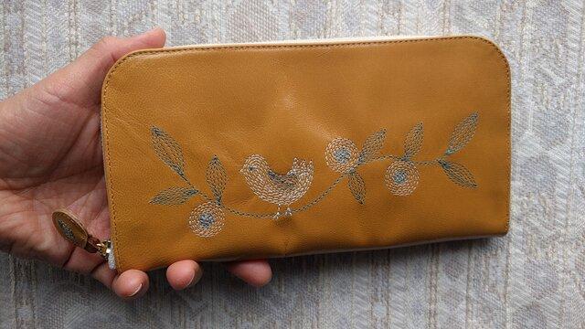 刺繍革財布『幸せな鳥』ツヤ山吹(ヤギ革)ラウンドファスナー型の画像1枚目
