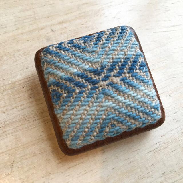 菱刺し 藍染め×木枠ブローチの画像1枚目