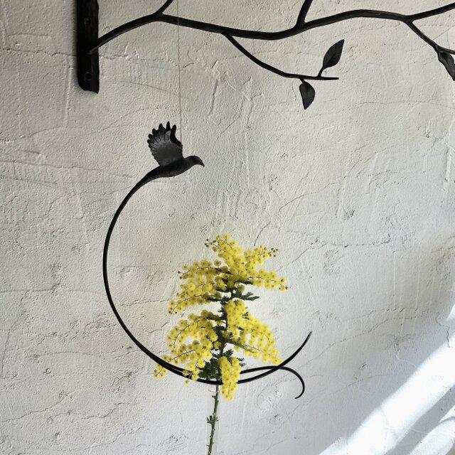 花に舞う小鳥の一輪挿しの画像1枚目