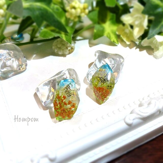 20p013 お花と青空と蝶々のピアス ホムポムの画像1枚目