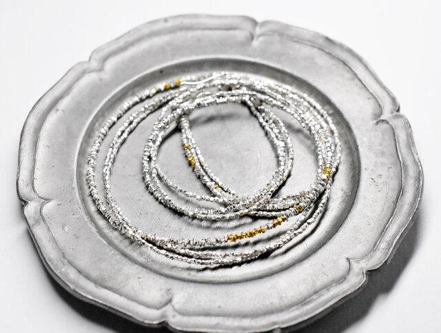 煌めくカレンシルバービーズの3連ネックレス(ゴールド入り)の画像1枚目