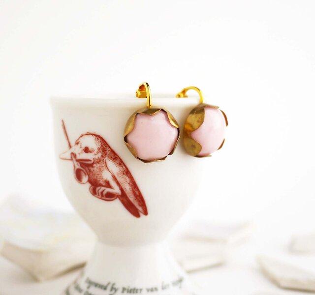 ミルクガラス風ピンクのイヤリングの画像1枚目