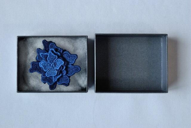 刺繍レース藍染ブローチの画像1枚目