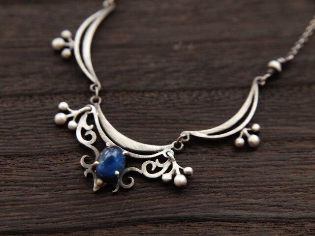 カイヤナイトのネックレスの画像1枚目