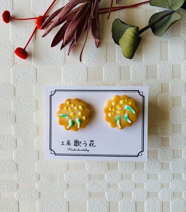 食べちゃいたくなる!こんがり美味しそうなアイシングクッキー ミモザのピアス・イヤリングの画像1枚目