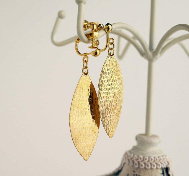 リーフモチーフの真鍮製イヤリング(ピアス)の画像1枚目