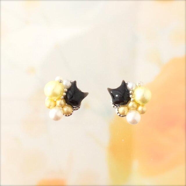 パールを散りばめた黒猫ピアス(イエロー)の画像1枚目