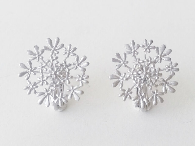 セリ科の花のイヤリングBの画像1枚目
