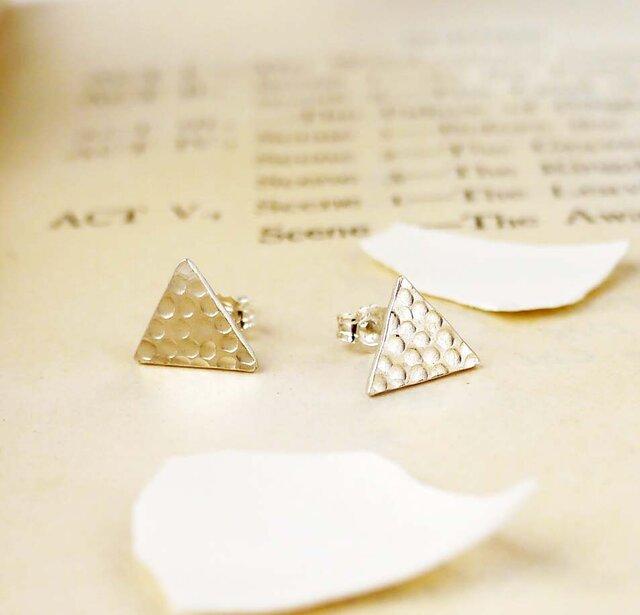 シルバーの三角形ピアスの画像1枚目