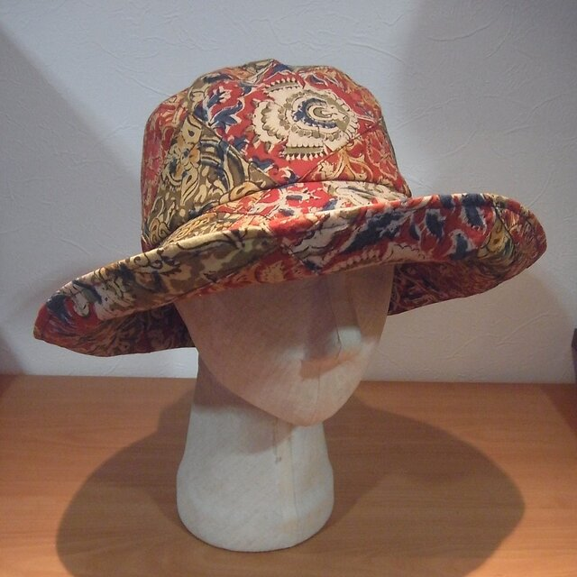 更紗柄のツバ大きな帽子(赤)の画像1枚目