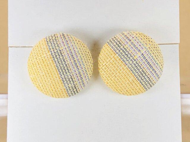 イヤリング|手織り絹のくるみボタン【イエロー】の画像1枚目