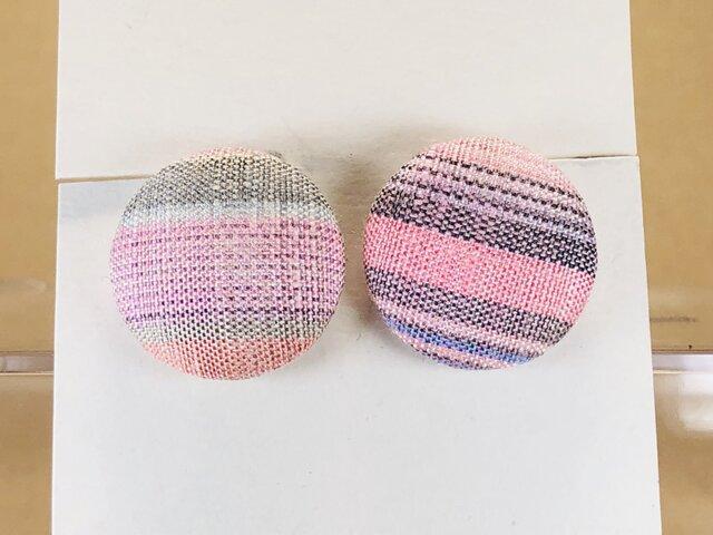 イヤリング|手織り絹のくるみボタン【ピンク】の画像1枚目