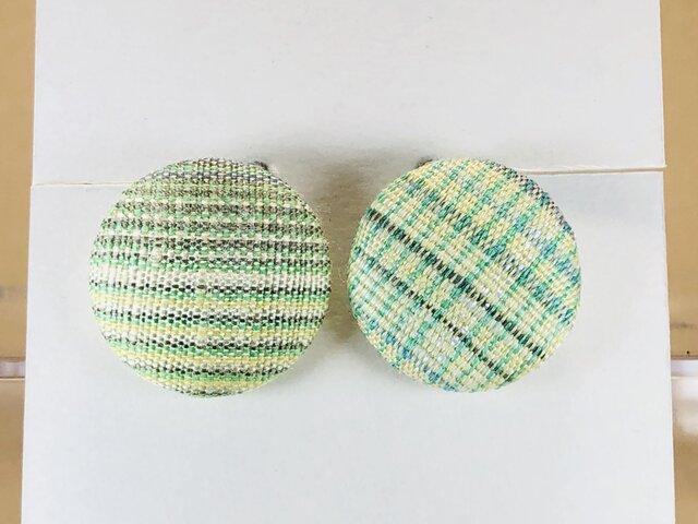 イヤリング 手織り絹のくるみボタン【ライトグリーン】の画像1枚目