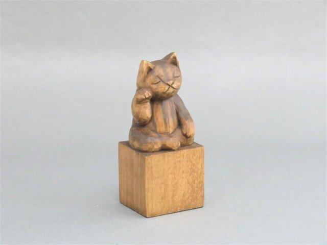 木彫り 右手で招き猫 蜜蝋仕上げ 猫仏2001の画像1枚目