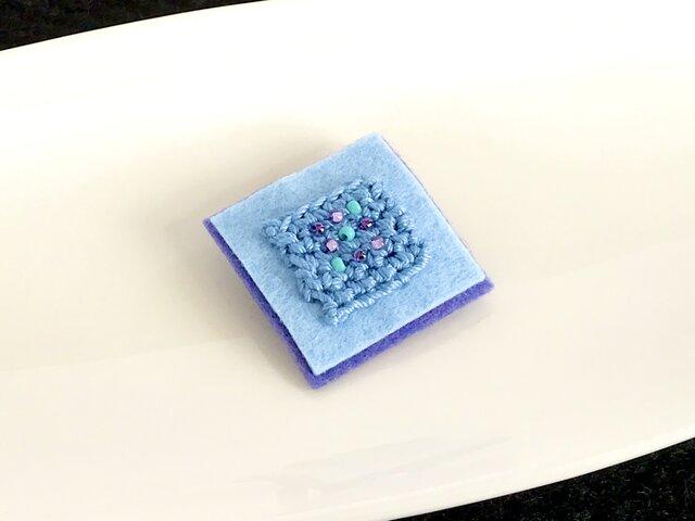 忘れな草色 ビーズ刺しゅうのスクエアブローチ(水色と紫)の画像1枚目