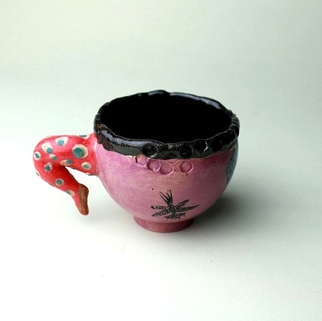 豊かな女性と猫の黒猫のカップ/陶芸家がつくるマグ/おしゃれで可愛いマグ/ユニークな器/瀬戸黒/色絵付け/マグ集めの画像1枚目