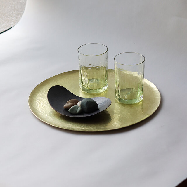 鎚目模様の真鍮盆 [  満月盆  八寸  ]の画像1枚目