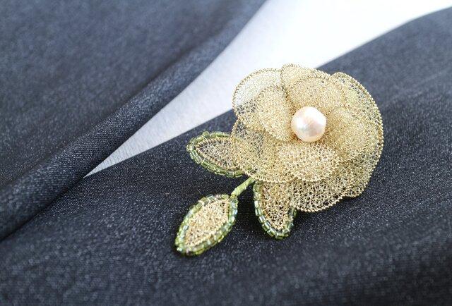 お花のブローチ・三葉付きの画像1枚目