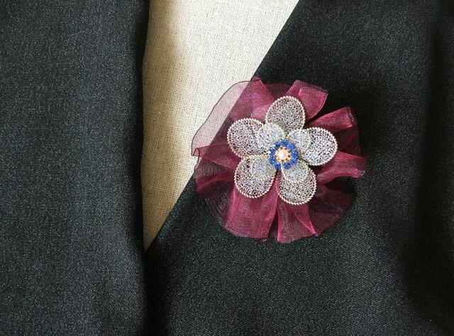 シルバーのお花のブローチ(ワインオーガンジーリボン付)の画像1枚目