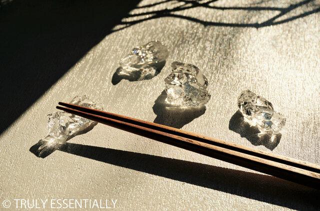 5個セット ● 無色透明ガラスの箸置き#2 -「 KAKERAのヒカリ 」の画像1枚目
