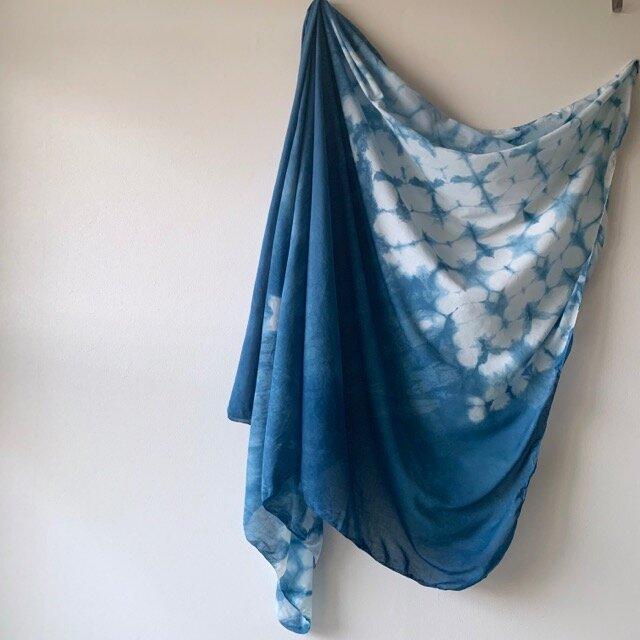 紫陽花の舞う 藍染めストールの画像1枚目