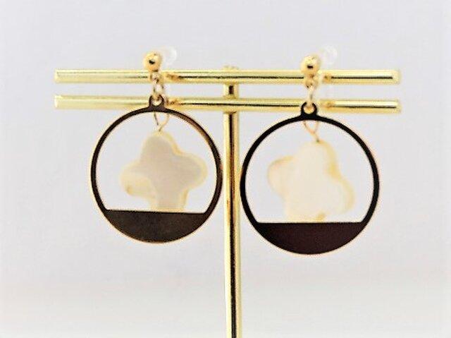 【ノンホールピアス】クロスカット白蝶貝とサークルデザイン枠・金の画像1枚目