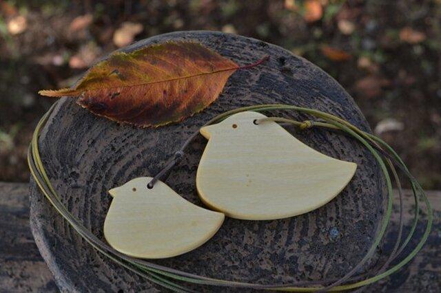 ヒヨコの親子のペンダント♪ ミカンの木で黄色い♪の画像1枚目