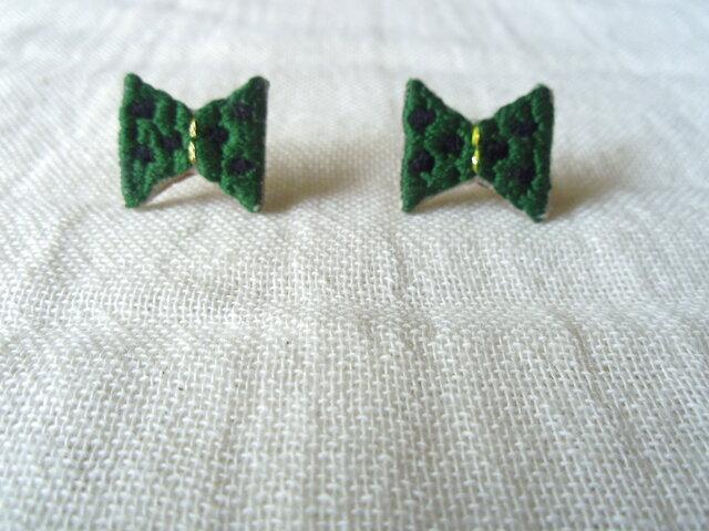 刺繍ピアス リボン(緑)の画像1枚目