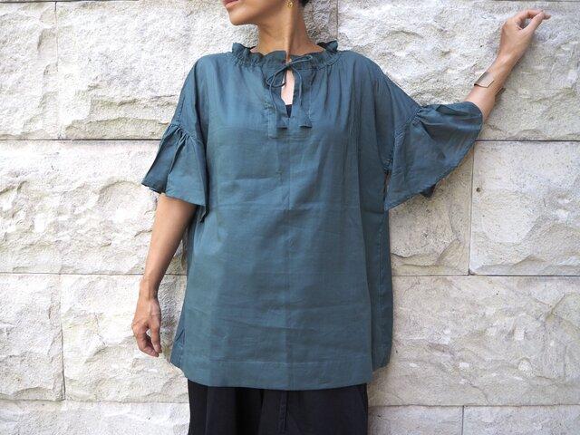 襟袖ギャザー。やわらかなブラウス/グリーンの画像1枚目