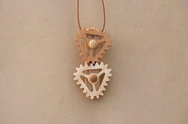 三角の歯車のネックレスの画像1枚目