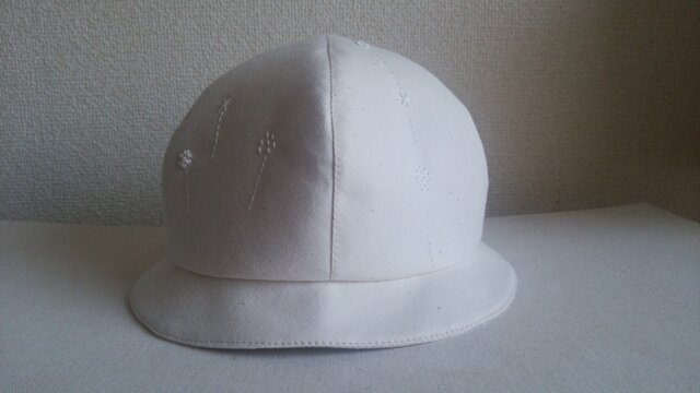 白い刺繍の白い帽子2の画像1枚目