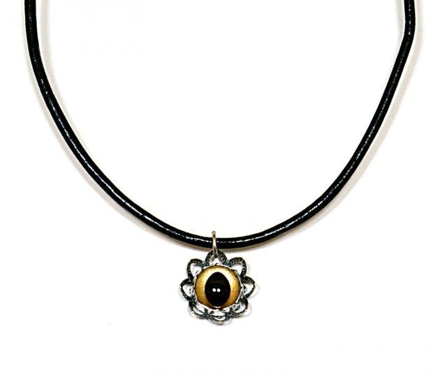 金色キャッツアイ花型透かし台座ネックレス-黒革紐・銀色金具の画像1枚目