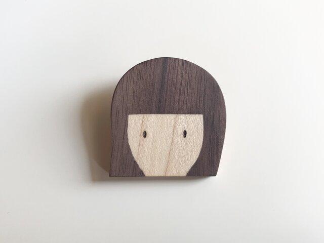 女の子ブローチ 木の象嵌 ボブの画像1枚目