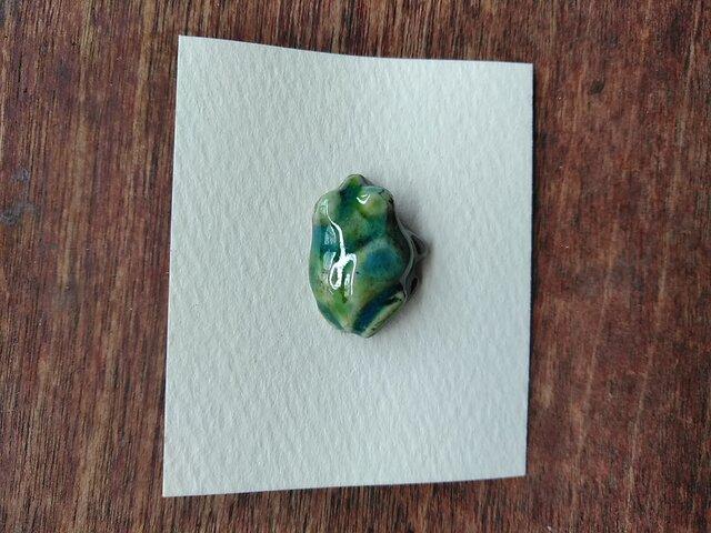 動物石 ブローチ アマガエル(緑色)の画像1枚目