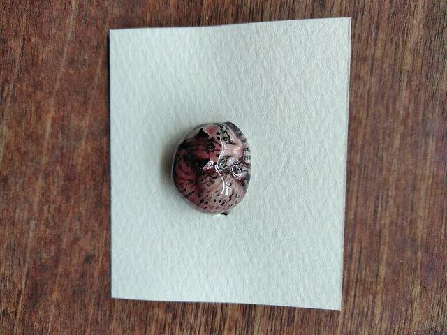 動物石 ブローチ ネコ(桃色黒縞)の画像1枚目