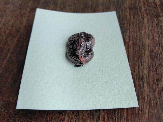 動物石 ブローチ ヘビ(桃色)の画像1枚目