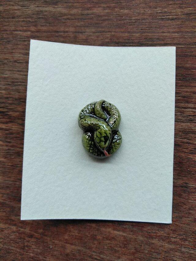 動物石 ブローチ ヘビ(黄緑色)の画像1枚目