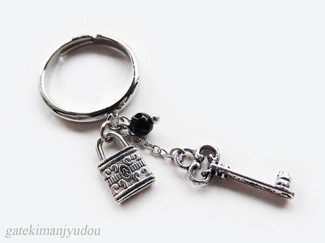 鍵とオニキスのリングの画像1枚目