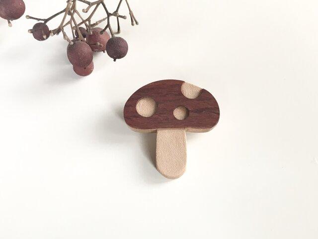 きのこのブローチ 木製の画像1枚目