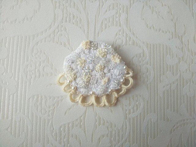 刺繍ブローチ 淡雪の画像1枚目